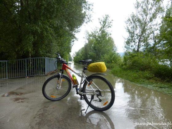 rzeka wylała na ścieżkę rowerową
