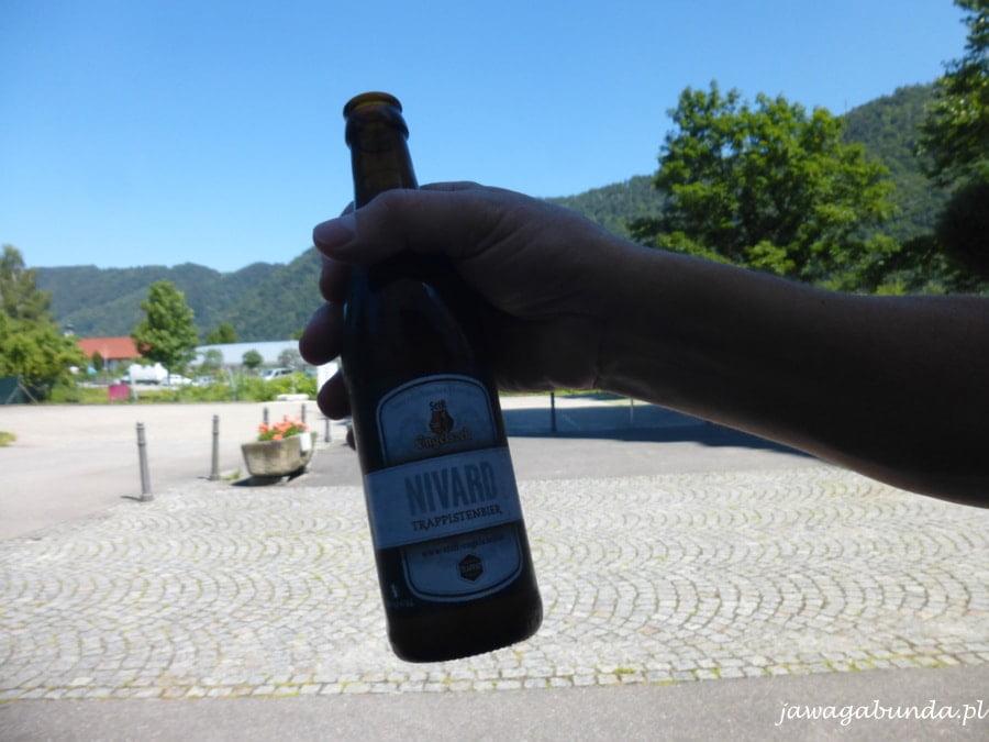 butelka piwa trzymana w dłoni