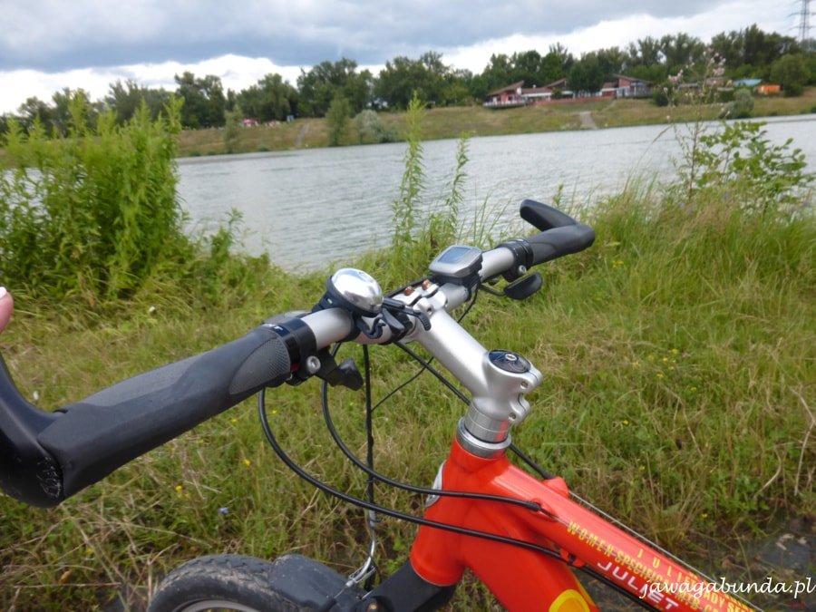 kierownica roweru i rzeka w tle