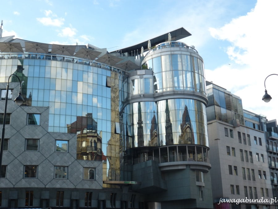 katedra w szczepana odbijająca się w szybach nowoczsnego budynku