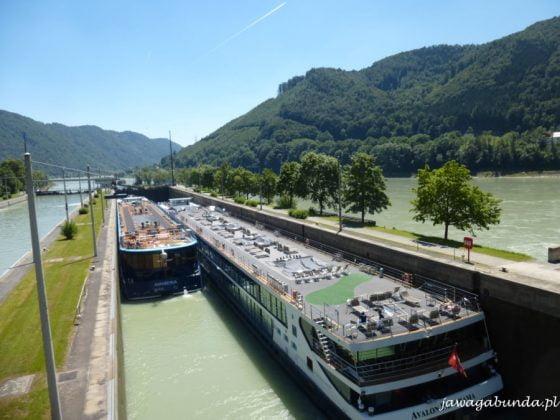 barki i statki pasażerskie w śluzie na rzece