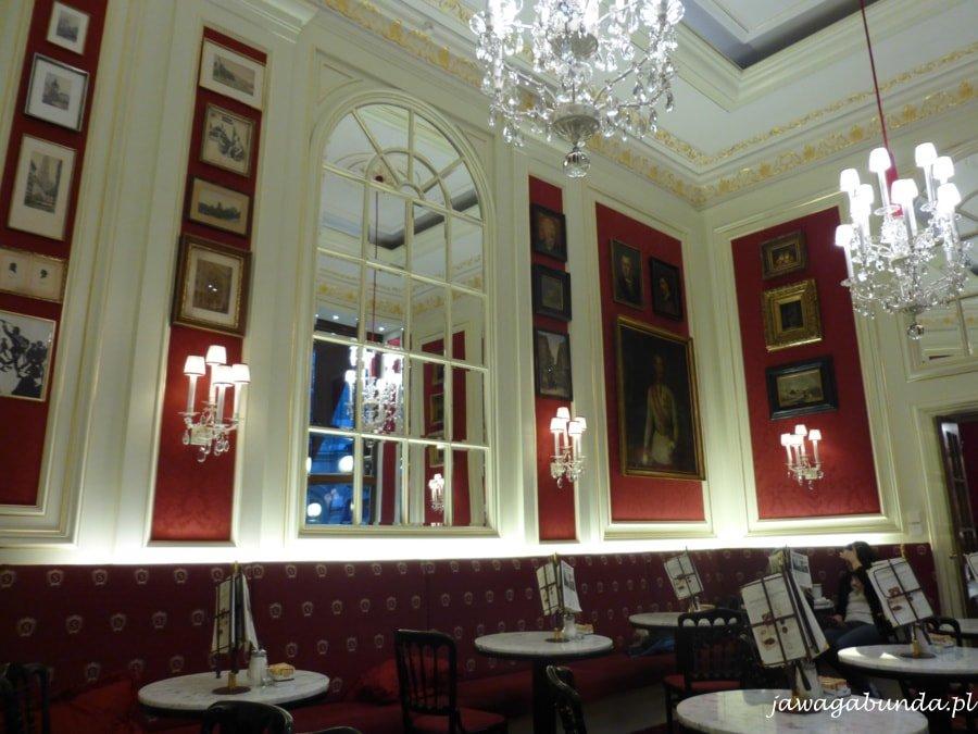 wnętrze kawiarni - lustra, obrazy, żyrandole