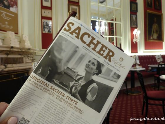 gazeta ze słowem sacher we wnętrzu restauracji
