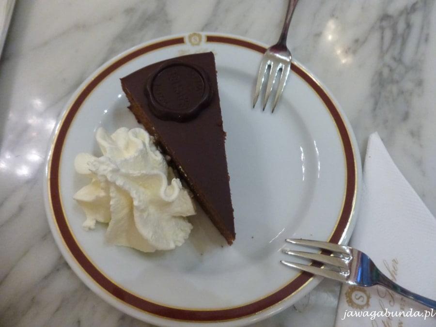 kawałek ciastka na talerzu i dwa widelczyki