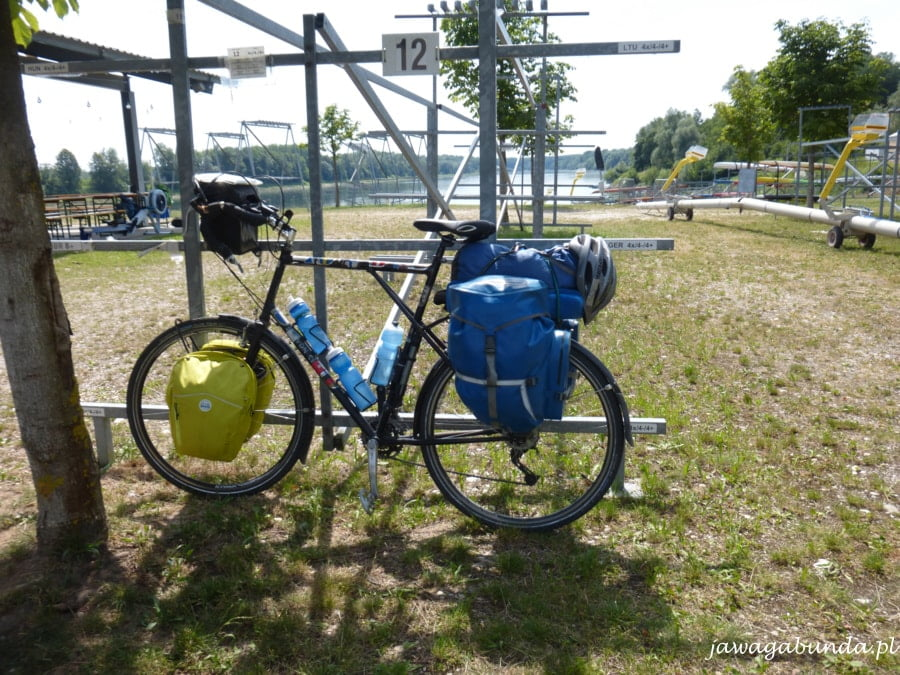 rower obładowany sakwami