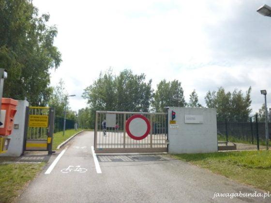 znak zakaz wjazdu na teren elektrowni za wyjątkiem rowerzystów