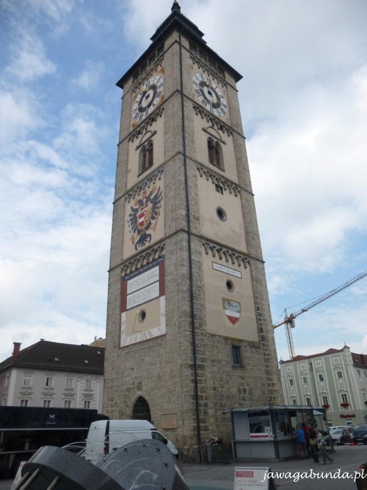 stara wieża murowana z białego kamienia z ozdobami