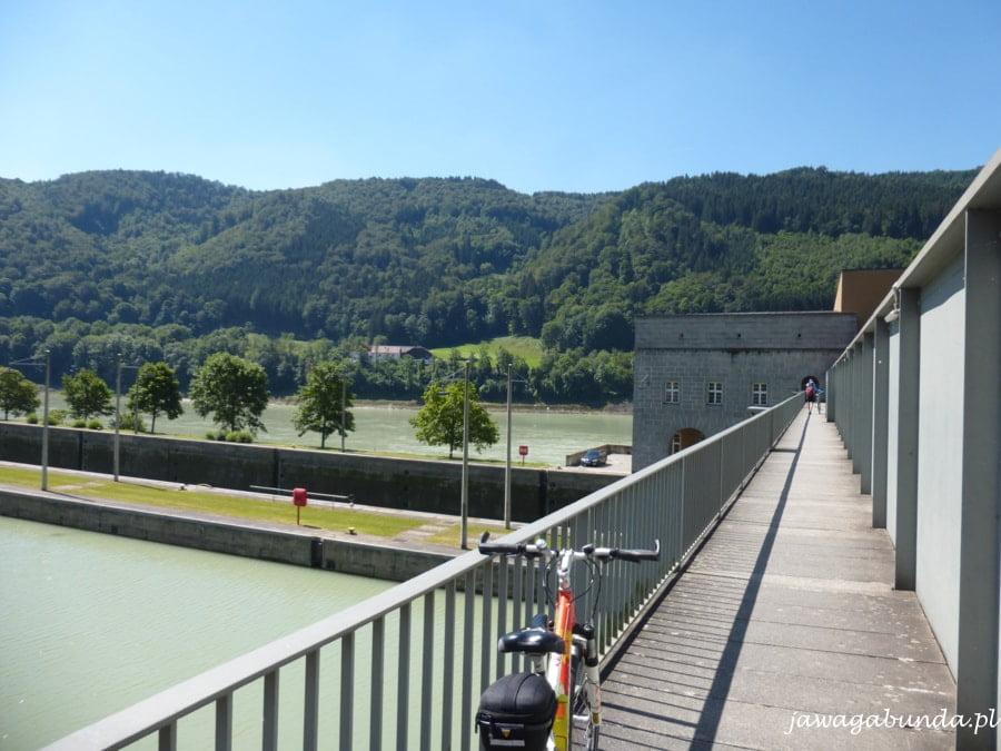 most na rzece będący częścią elektrowni