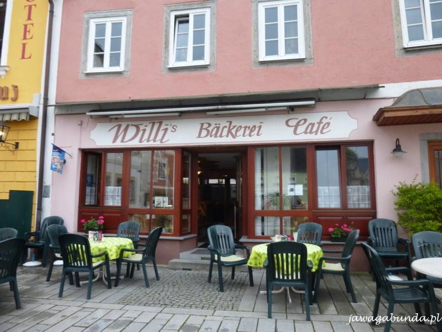 stoły i krzesła stojace przed kawiarnią Willi