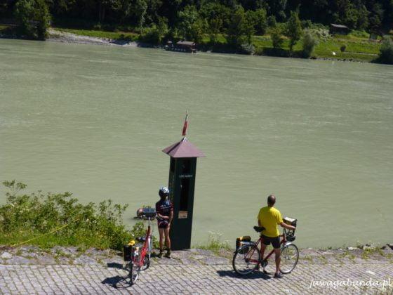 budka, dwaj rowerzyści i rzeka