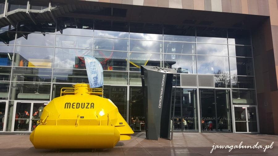 budynek centrum Nauki Kopernik a przed nim żółta budowla