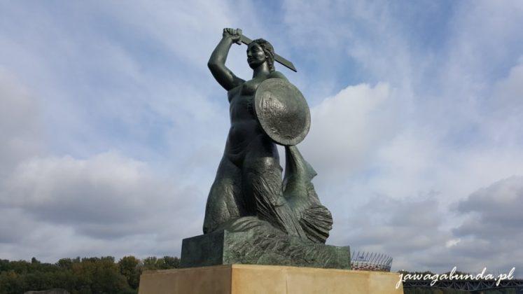pomnik syreny w mieczem i tarczą