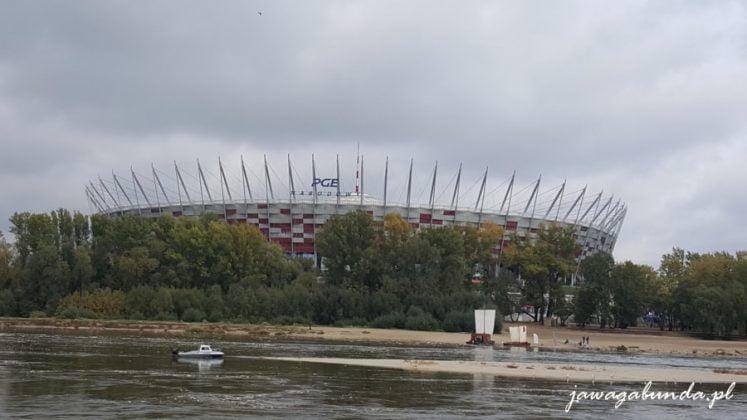 stadion a na pierwszym planie rzeka