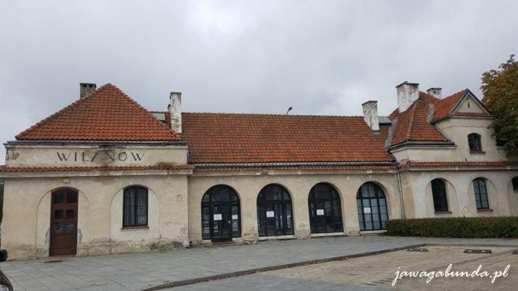 budynek kryty dachówką z napisem Wilanów