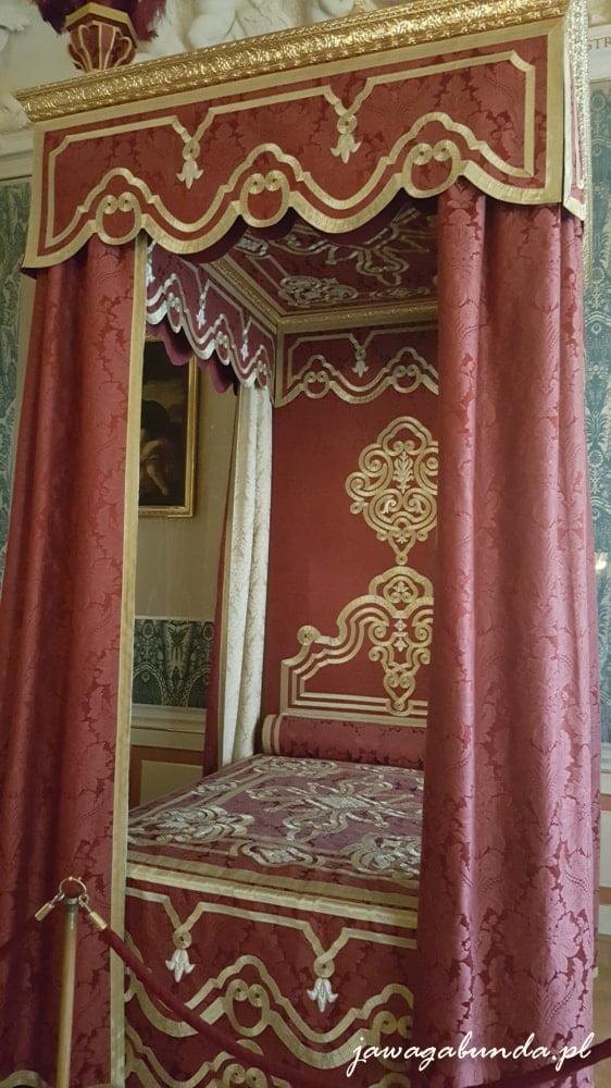 łoże z czerwonym baldachimem