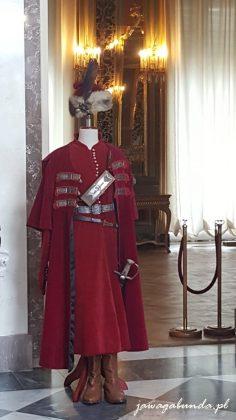 strój króla, czerwona szata, szabla, nakrycie głowy