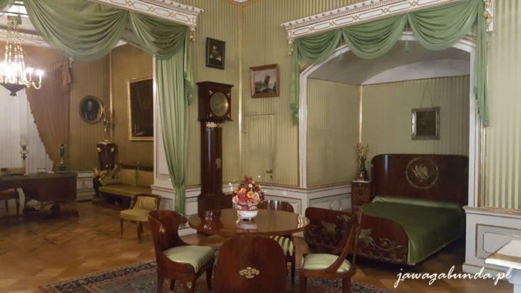 pokój i łoże z baldachimem