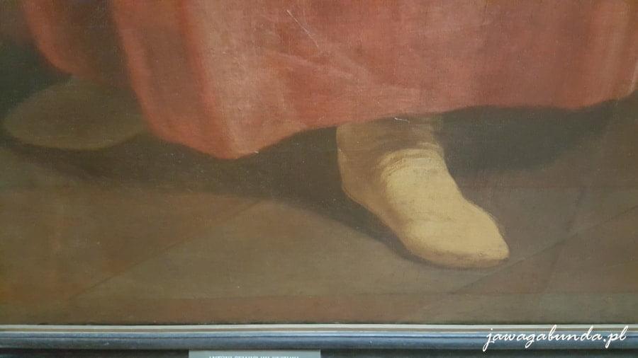 wystające spod szaty skórzane, safianowe buty