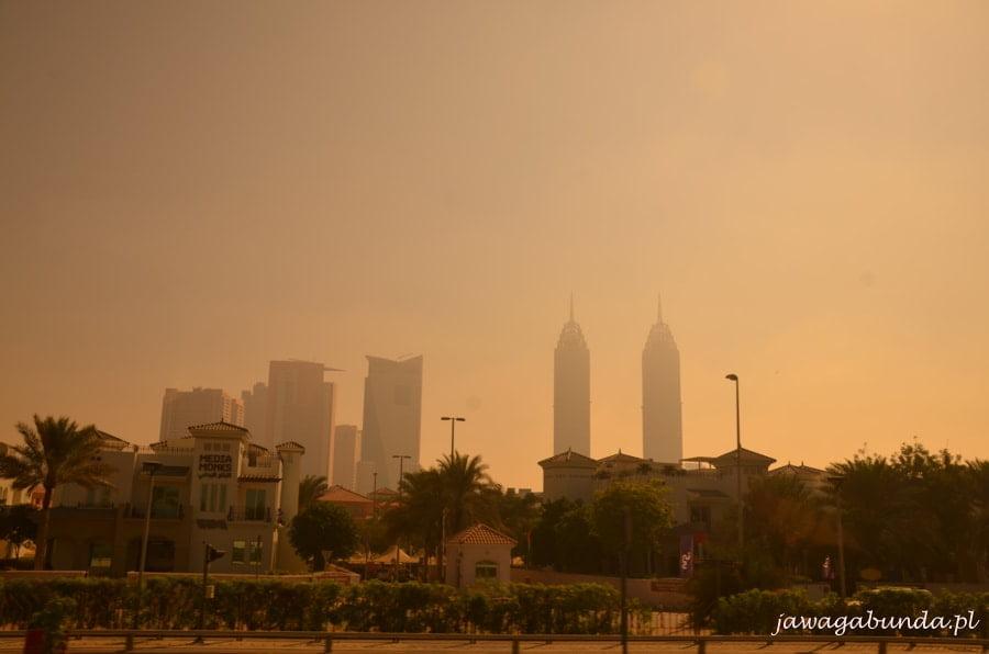 wieżowce za lekką mgłą
