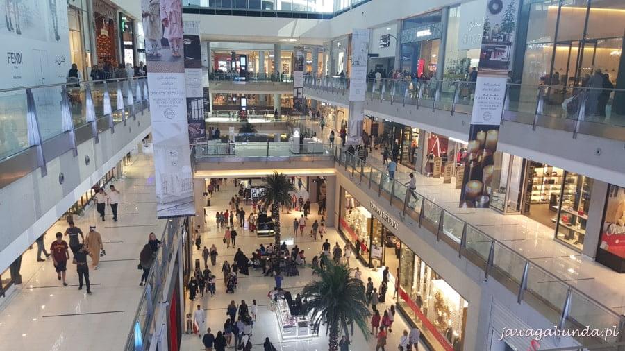 ludzie w centrum handlowym