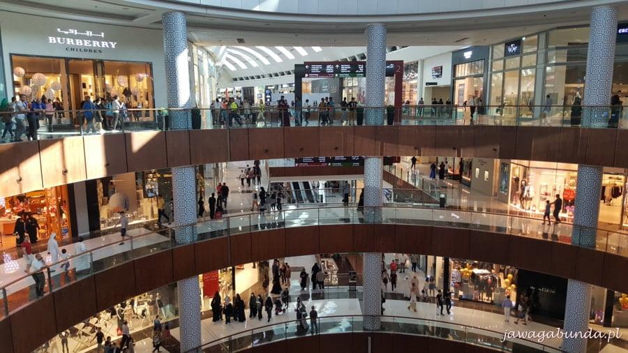 centrum handlowe z czterema piętrami