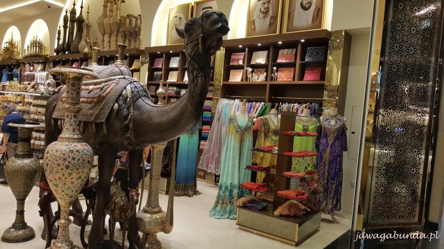 rzeźba wielbłąda w centrum handlowym