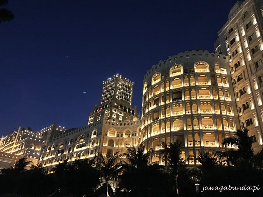 oświetlony hotel