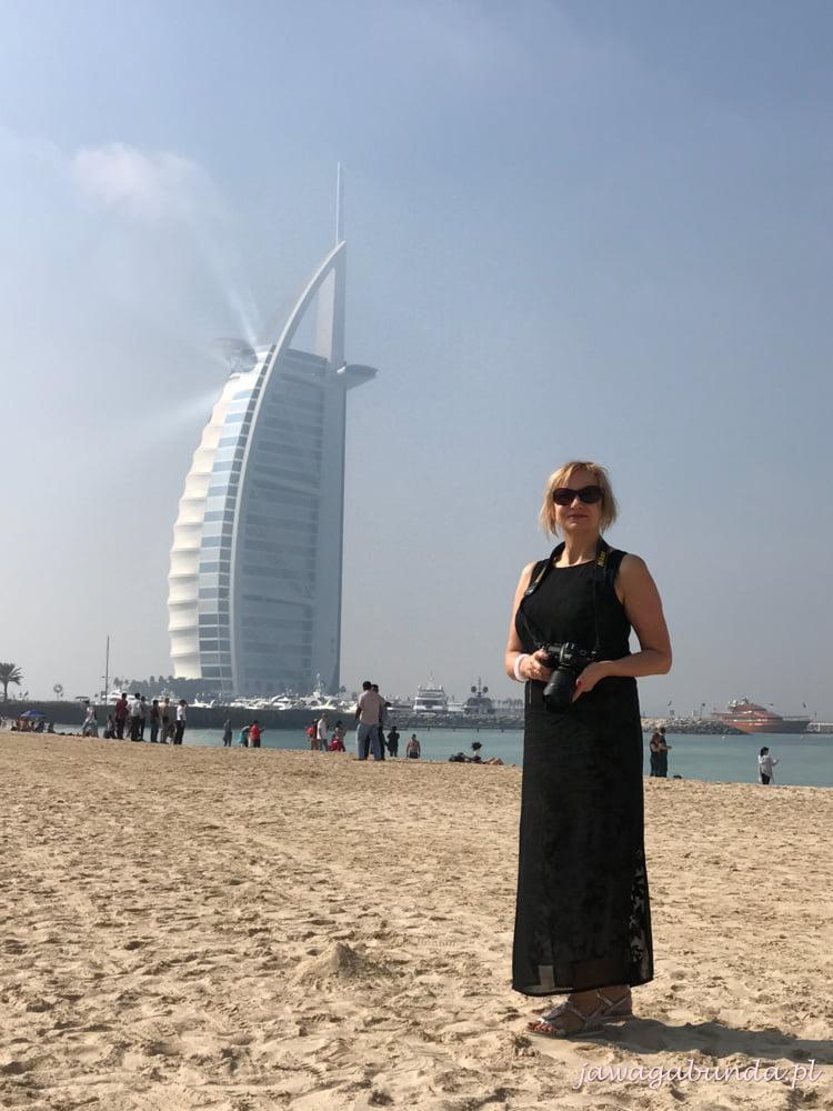 kobieta na tle wieżowca Żagla