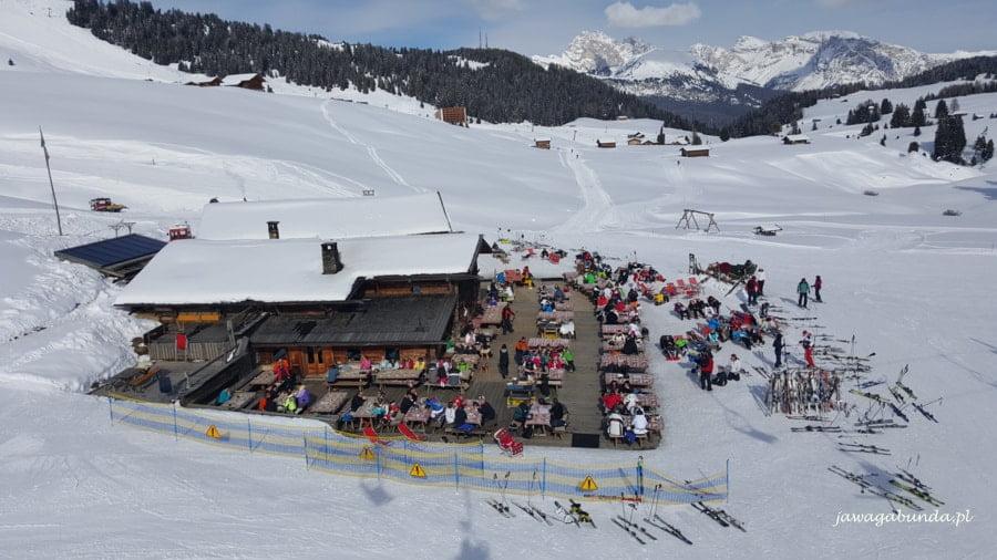 restauracja w górach, liczni narciarze