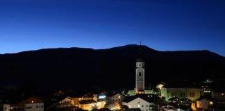 miasteczko w górach w nocy