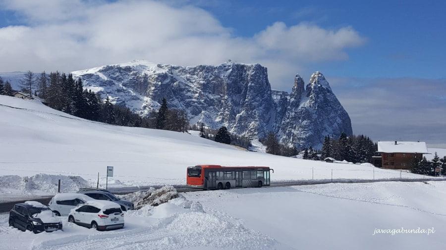 autobus, który przejeżdża przez stok narciarski