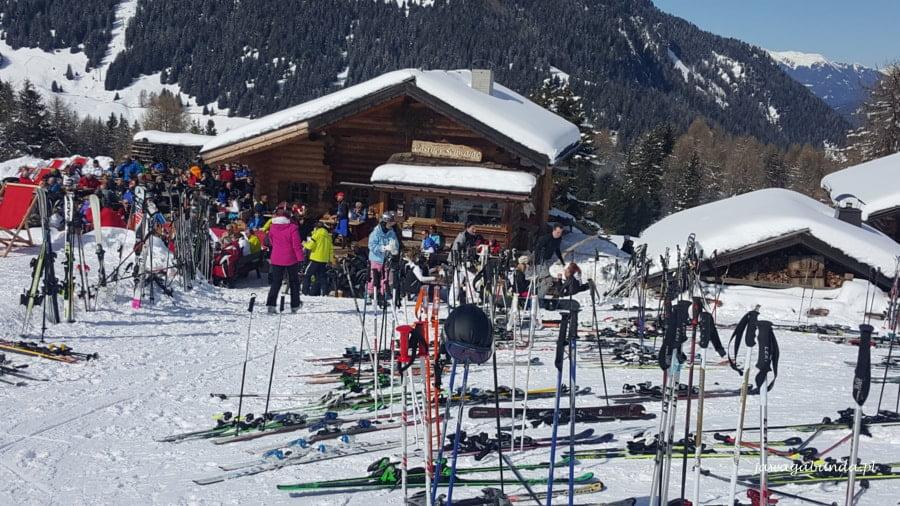 restauuracja w górach i mnóstwo nart