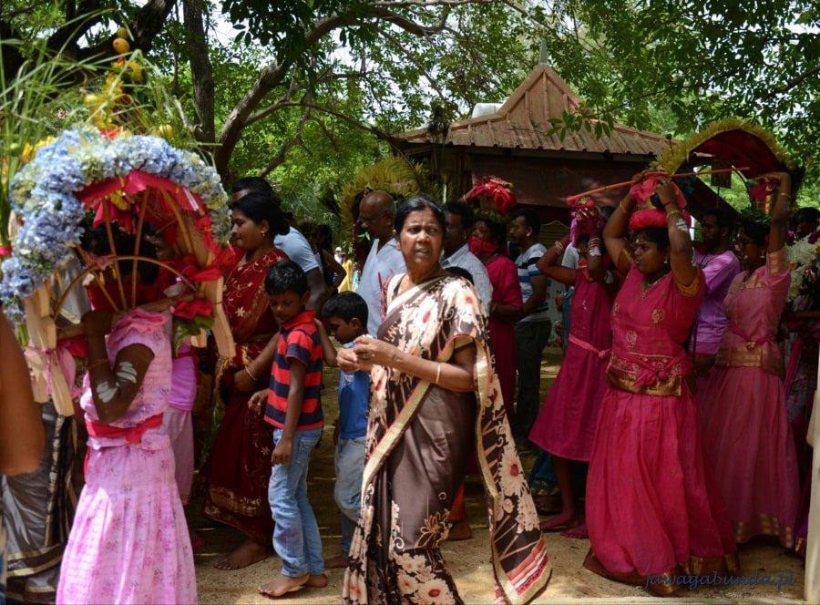 procesja ludzi hindusów w kolorowych strojach