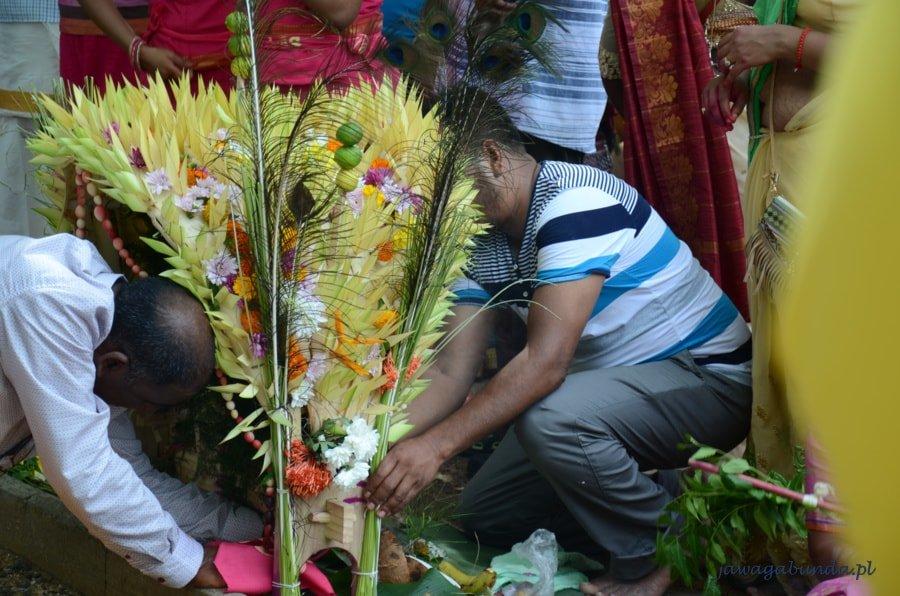mężczyźni przygotowują ołtarz z kwiatów