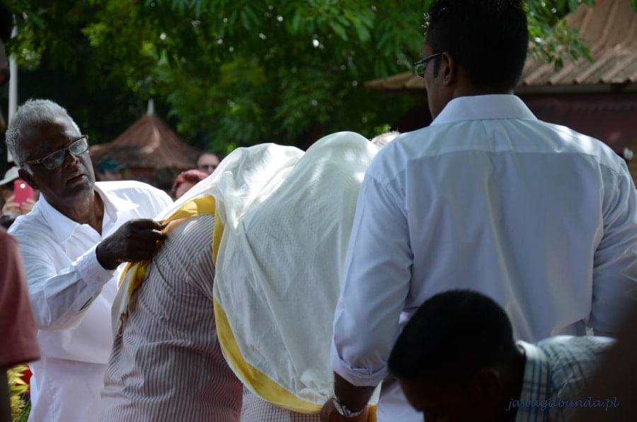 biała płachta przykrywająca ludzi