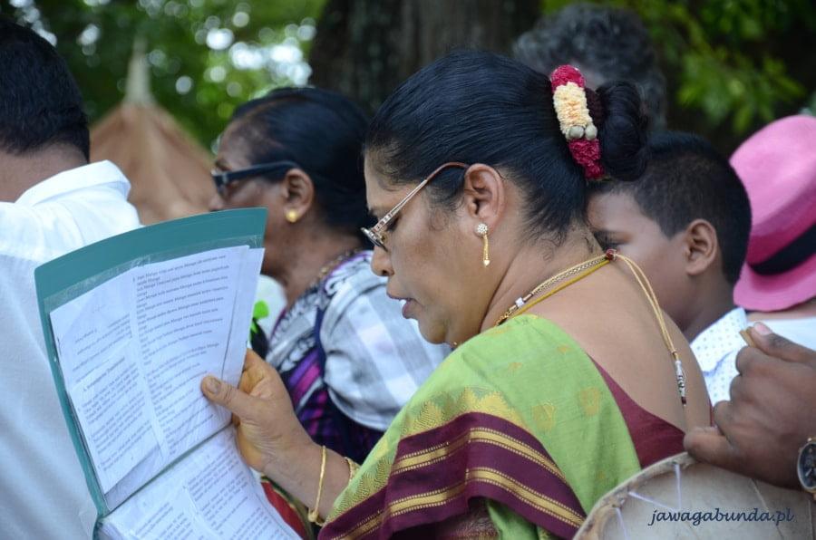 hinduska kobieta trzymająca w ręce śpiewnik i śpiewająca
