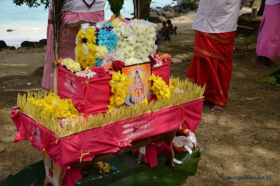 kolorowy zrobiony z kwiatów hinduski ołtarz