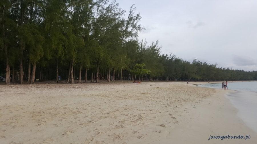 pusta plaża i morze