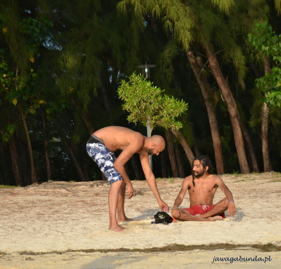 dwaj mężczyźni na plaży