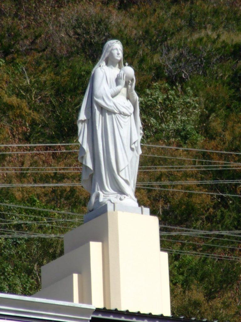 posąg kobiety trzymającej kulę ziemska w ręce