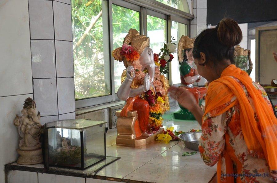 hinduska kobieta w świątynii