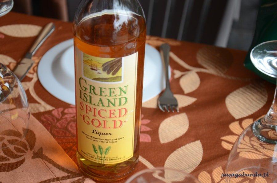 butelka rumu stojąca na stole