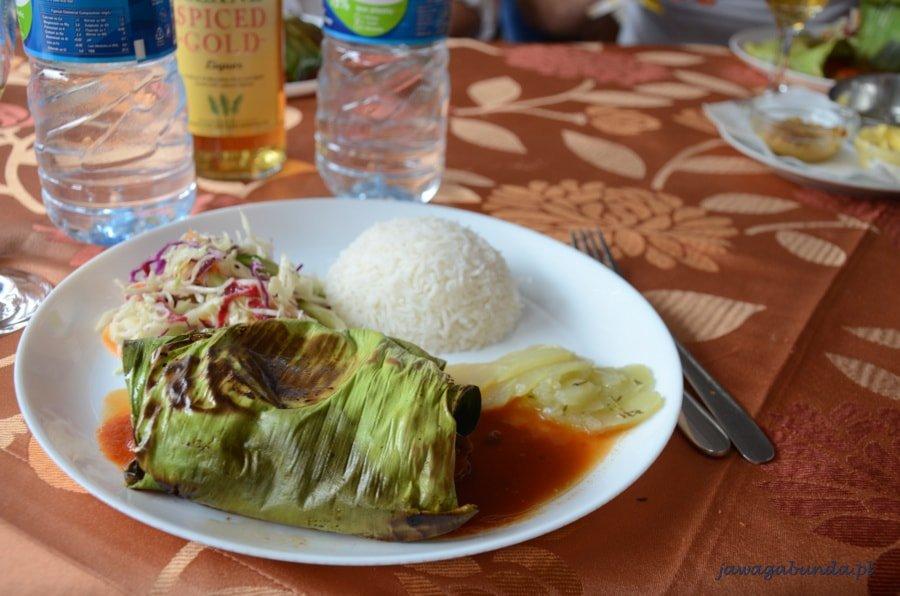 ryż i inne jedzenie na talerzu