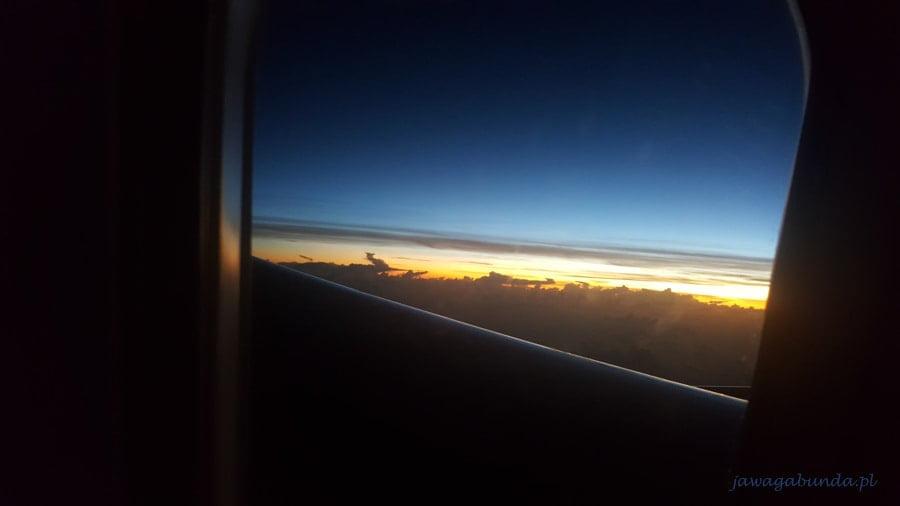 czarne chmury przez które prześwieca słońce