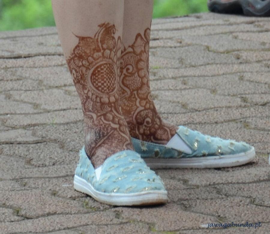 pomalowane henna nogi kobiety
