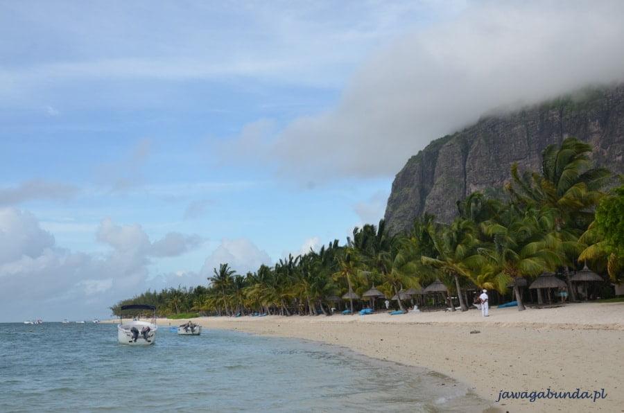 góra w lekko zamglona, na pierwszym planie plaża i morze