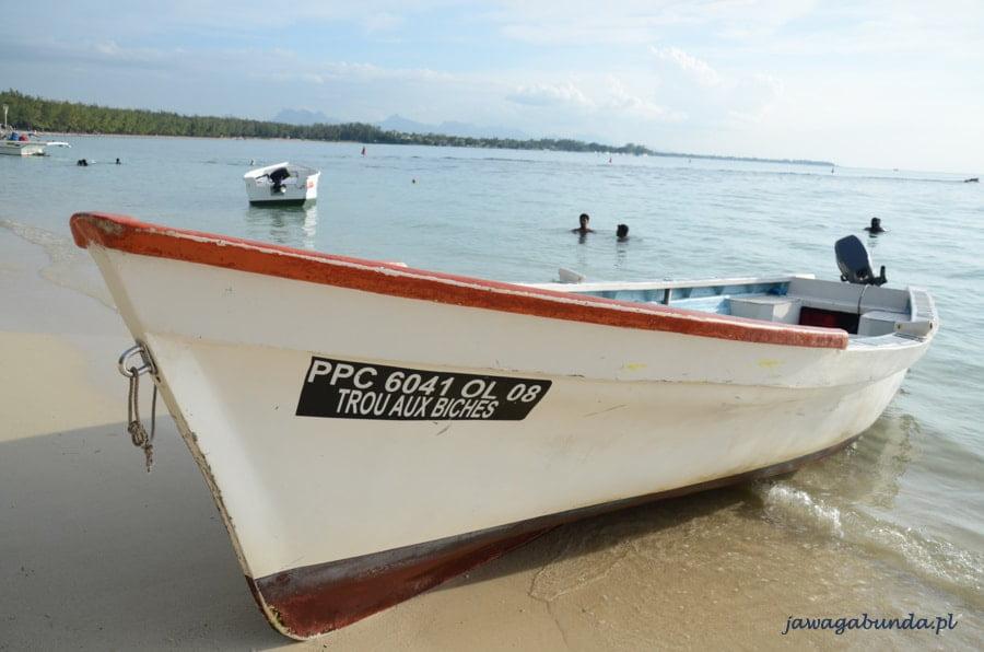 łódka na plaży