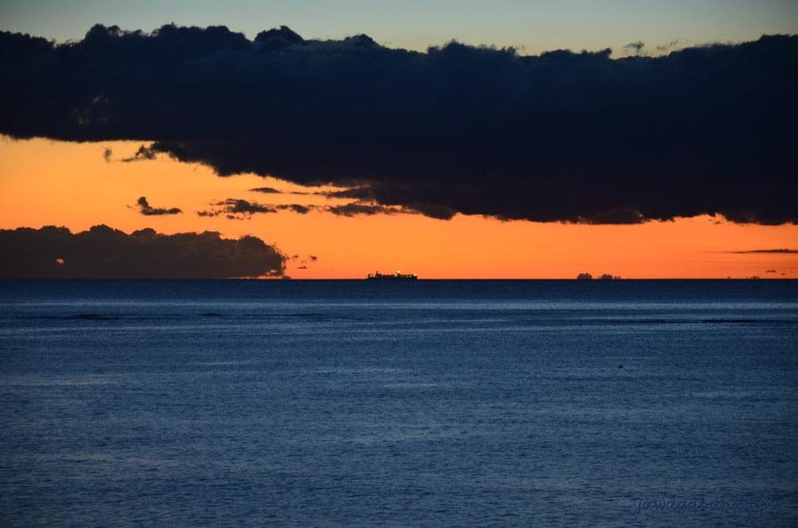 granatowy ocean i kolorowe niebo z zachodzącym słońcem