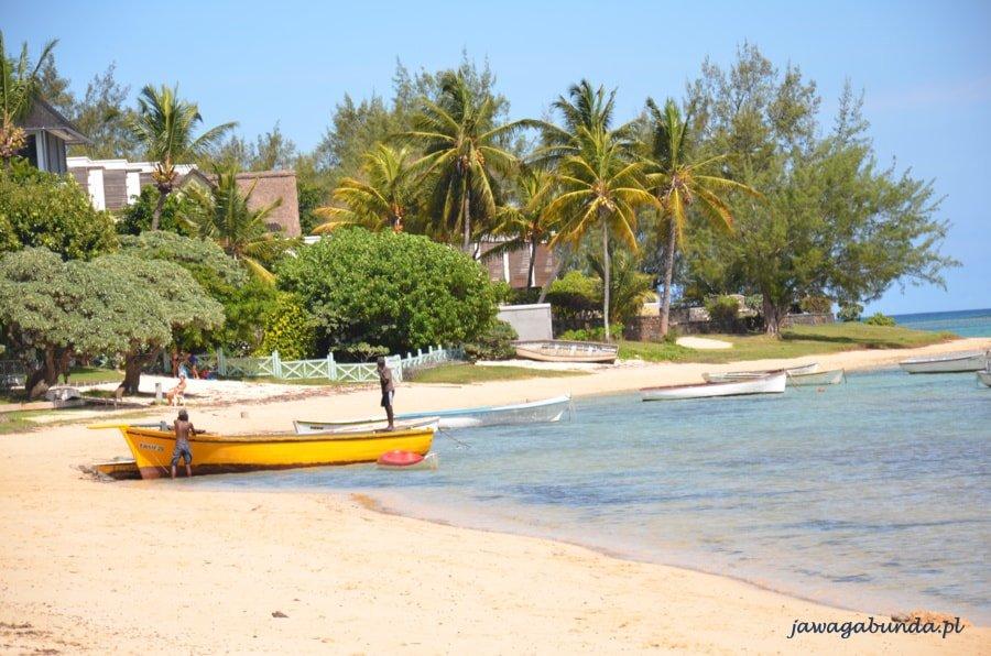 plaża i łódka na brzegu oceanu