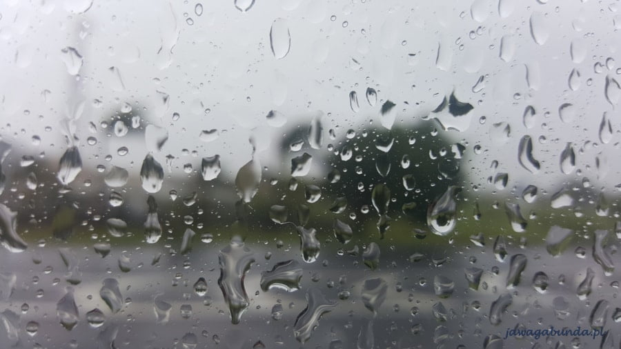 krople deszczu zalewające szybę